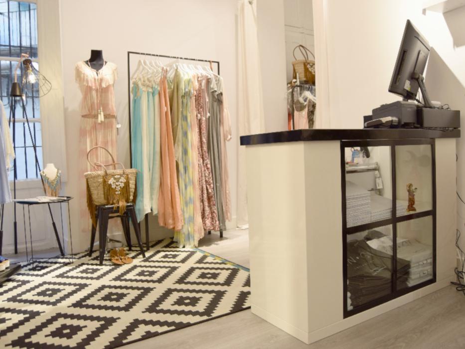 Mobilier intérieur en acier thermo laqué noir du magasin Angi collection