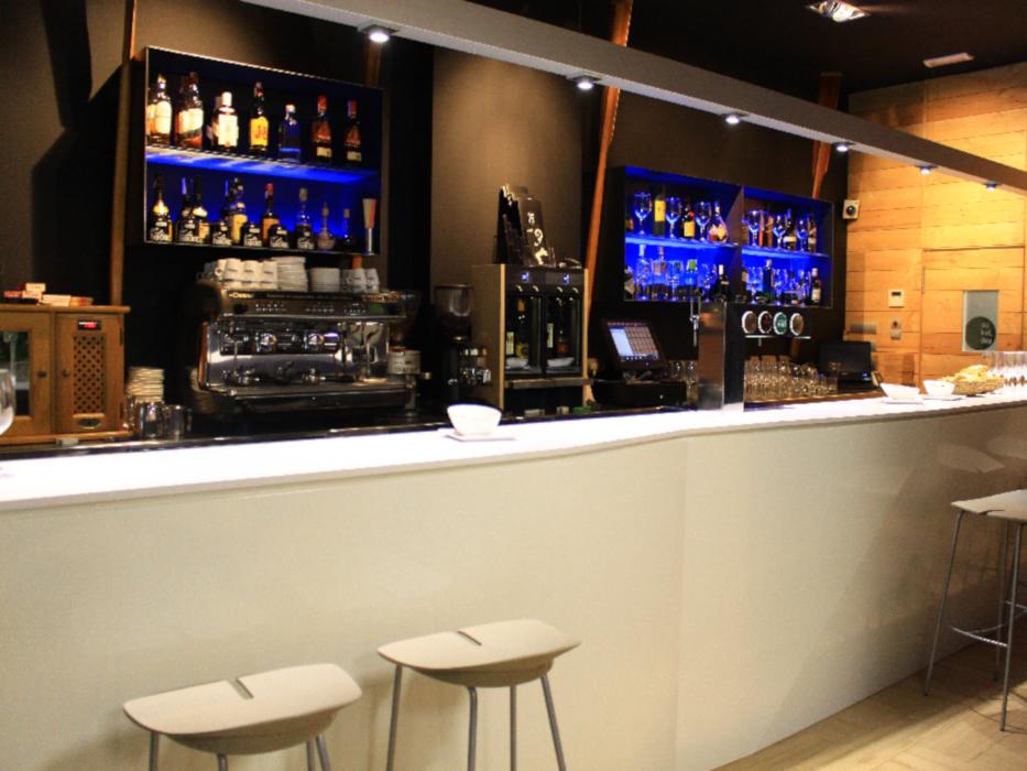 Renovación y decoración en acero del Bar Aukera en San Sebastián