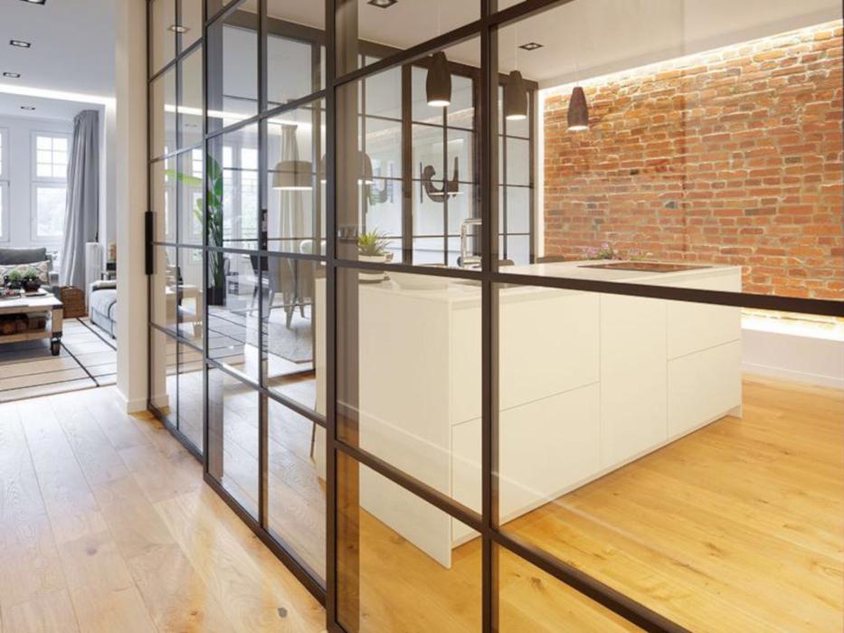 Puertas correderas realizadas en hierro y cristal para cerramiento de cocina.