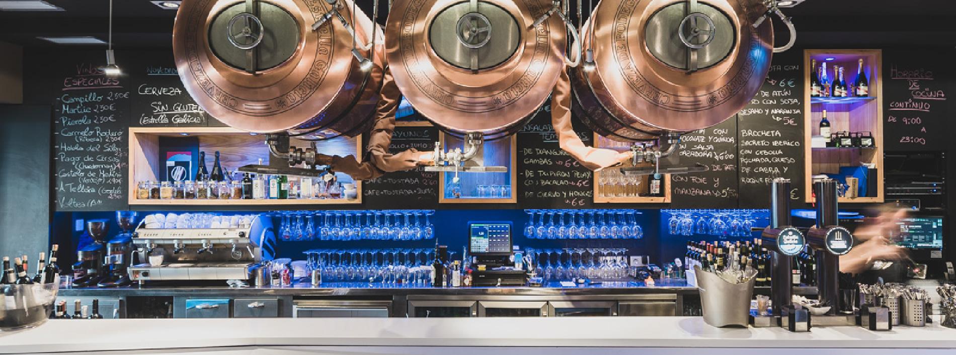 Cianco ha diseñado y fabricado una nueva barra y mostrador para el Bar Lobo en el donostiarra barrio de Benta Berri