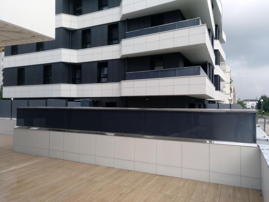 Barandillas interiores y exteriores, separadores de terraza, frentes de tendederos, pasamanos, etc, en viviendas construidas por MOYUA en Irun