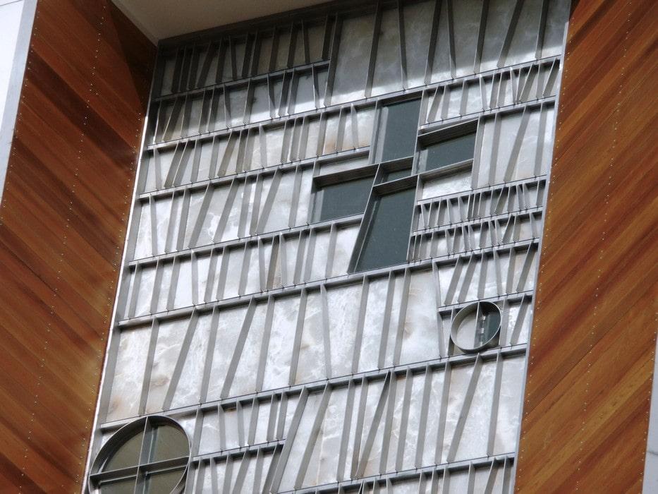 Travaux d'acier réalisés dans l'église conçue par Rafael Moneo