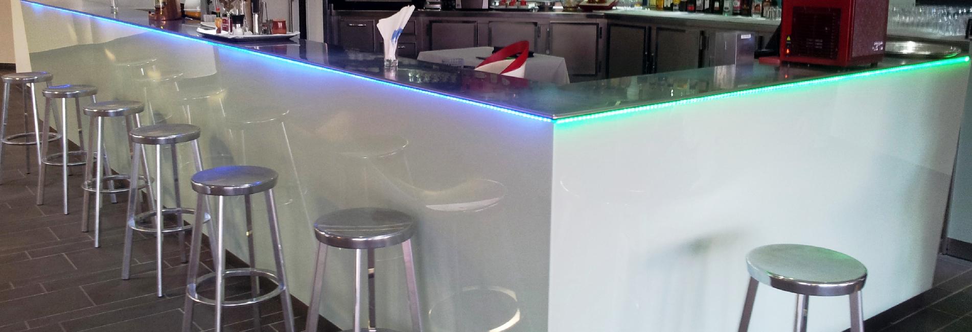 Industrias del acero Cianco ha fabricado una barra y mostrador de 10m con encimera y zócalo en acero inoxidable en el Hotel Thalasso Serge Blanco en Hendaya