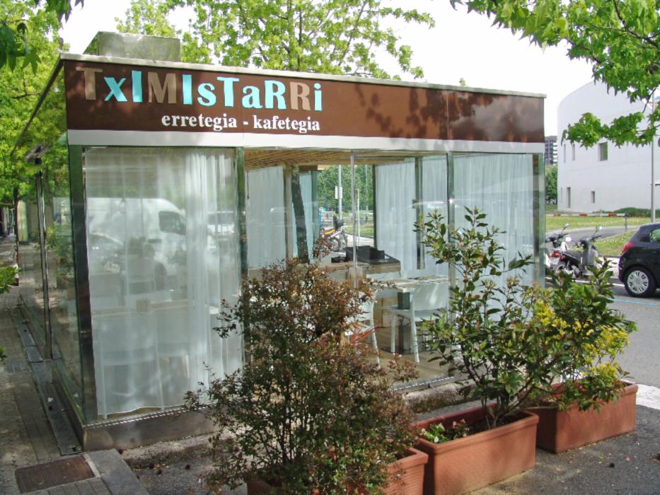 Décoration en Krion et acier inoxydable dans bar de San Sebastian